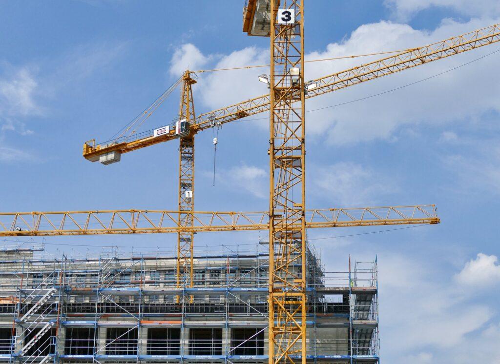 Grúas construyendo un bloque de viviendas